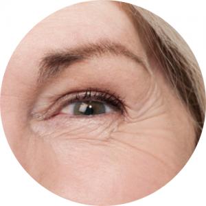 zmarszczone oczy starszej kobiety
